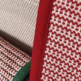 [ 𝗙𝗔𝗧𝗧𝗢 𝗕𝗘𝗡𝗘 ] - La tessitura con telai ortogonali è la più antica ed utilizzata nel mondo tessile. Infatti, risale al 4.000 a.C., successivamente sviluppato nel Medioevo e successive evoluzioni tecnologiche nel corso dei secoli. Questo tipo di lavorazione viene portato avanti dal più antico lanificio della Calabria, 𝙇𝙖𝙣𝙞𝙛𝙞𝙘𝙞𝙤 𝙇𝙚𝙤. Il 𝗽𝗹𝗮𝗶𝗱 in lana d'angora 𝗧𝗘𝗫 è un manufatto prezioso che ha una tessitura ortogonale a licci con telaio a pinze: il tessuto ortogonale è formato da due o più sistemi di fili incrociati tra loro perpendicolarmente: i fili in ordito (disposti verticalmente) e i fili in trama (disposti orizzontalmente). Ogni 𝗽𝗹𝗮𝗶𝗱 𝗧𝗘𝗫 è rifinito con un bordo in maglia di lana monocromo e misura 180x140 cm. 𝘿𝙚𝙨𝙞𝙜𝙣: @emiliosalvatoreleo 𝙈𝙖𝙩𝙚𝙧𝙞𝙖𝙡𝙞: 89% 𝙡𝙖𝙣𝙖, 6% 𝙥𝙤𝙡𝙞𝙖𝙢𝙢𝙞𝙙𝙚, 5% 𝙖𝙣𝙜𝙤𝙧𝙖 Disponibile su @fattobeneitaly _ Weaving with orthogonal looms is the oldest and most widely used method in the textile world. It dates back to 4,000 B.C., then developed in the Middle Ages and subsequent technological developments over the centuries have moved it forward. This type of processing is carried out by the oldest wool mill in Calabria, 𝙇𝙖𝙣𝙞𝙛𝙞𝙘𝙞𝙤 𝙇𝙚𝙤. The 𝗧𝗘𝗫 𝗽𝗹𝗮𝗶𝗱 in angora wool is a fine product that has an orthogonal weaving by healds with a rapier loom. The orthogonal fabric is made up of two or more systems of threads crossed perpendicularly: the warp threads (arranged vertically) and the weft threads (arranged horizontally). Each 𝗧𝗘𝗫 𝗽𝗹𝗮𝗶𝗱 is finished with a monochrome wool knit border and measures 180x140 cm. 𝘿𝙚𝙨𝙞𝙜𝙣: 𝙀𝙢𝙞𝙡𝙞𝙤 𝙎. 𝙇𝙚𝙤 𝙈𝙖𝙩𝙚𝙧𝙞𝙖𝙡: 89% 𝙬𝙤𝙤𝙡, 6% 𝙥𝙤𝙡𝙮𝙖𝙢𝙞𝙙𝙚, 5% 𝙖𝙣𝙜𝙤𝙧𝙖 Available at > shop.fatto-bene.com/product/plaid-cordonato ______ #plaid #coperta #angora #tessitura #telaioortogonale