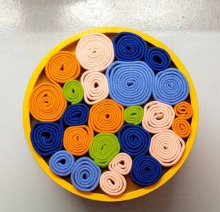 [POP] - Un oggetto pop e interattivo: una seduta, un sistema di tubolari di maglia infeltrita con cui interagire per variarne le forme, e anche un vassoio colorato e un contenitore in legno, all'interno di @posthome__ progettato da @thirtyonedesign - #lanificioleo #productdesign #textiledesign #textileart #textile #iteriordecor #interiors #interiorstyling #madeinitaly #lanificioleo #posthome #thirtyone