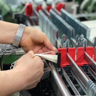 [ 𝘾𝙊𝙉𝙉𝙀𝘾𝙏𝙄𝙉𝙂 ] - Qui puoi vedere l'operazione di raccordo tra due subbi di ordito per cui ogni capo del nuovo subbio è annodato al suo corrispondente del vecchio. Il subbio è una parte di un telaio da tessitura. Normalmente i subbi in un telaio sono due, quello posteriore che porta l'ordito e quello anteriore che raccoglie il tessuto fatto. Per lavorazioni complesse che richiedono lunghezze differenti nei fili di ordito possono essere più di due come nel velluto o nella spugna. L'ordito o catena è l'insieme di fili che, unitamente a quelli della trama, concorrono a formare un tessuto. I fili dell'ordito sono tesi sul telaio, vengono fatti passare attraverso le maglie e le fessure del pettine per essere legati al subbio anteriore e sono quelli verticali. Aprendosi, creano un varco chiamato passo che permette di agevolare il filo di trama. Il numero dei fili dell'ordito determina la larghezza del tessuto e il numero di fili a centimetro ne determina la densità di ordito. - Here you can see the process of connecting two warp beams, whereby each end of the new warp is tied to the end of the old warp. The warp beam is part of a weaving loom. Normally there are two warp beams in a loom, the rear one that carries the warp and the front one that collects the finished fabric. For complex weaving that requires different lengths in the warp threads there may be more than two, such as for velvet or sponge. The warp or chain is the set of threads which, together with those of the weft, combine to form a fabric. The threads of the warp are stretched on the loom, they are passed through the loops and the slits of the reed to be tied to the front beam of the weaving machine. The number of warp threads determines the width of the fabric and the number of threads per centimeter determines the warp density. _____________ #knittinglove #knittingaddict #lanificioleo #process #processo #tessitura #madeinitaly #fattoconcurainitalia #amorevolmentehandmade