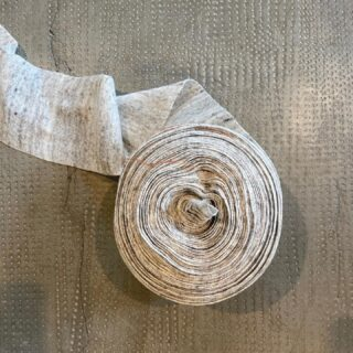 [ 𝙈𝘼𝙂𝙇𝙄𝘼 ] - Almeno due aghi vengono utilizzati per formare i punti nella macchina rettilinea da maglieria. Poco a poco, intrecciandosi, le maglie formano un tessuto finito. Oggi, nelle macchine tessili, invece di soli due aghi, ci sono complessi sistemi con numerosi aghi, come in quella che ha formato questo ribbon in maglia di lino. Su una macchina per maglieria rettilinea, i ranghi vengono intrecciati per mezzo di speciali aghi a tallone e di carrelli mobili. 𝙈𝙖𝙩𝙚𝙧𝙞𝙖𝙡𝙚: 𝙡𝙞𝙣𝙤 - At least two needles are used to create the stitches in the straight knitting machine. Gradually, as they intertwine, the stitches form a finished fabric. Today, in the textile machines, instead of just two needles, there are complex systems with numerous needles, as in the one that formed this linen knitted ribbon. On a straight knitting machine, the rows are woven with special bead needles and movable carriages. 𝙈𝙖𝙩𝙚𝙧𝙞𝙖𝙡: 𝙡𝙞𝙣𝙚𝙣 ________________ www.lanificioleo.it/processo-di-produzione - #processoproduttivo #produzionetessile #lanificioleo #lino #maglieria #knittinglove #knittersofig